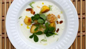 Fennel-almond puree with scallops, apples and fenugreek
